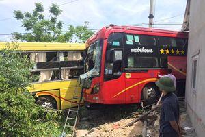 40 hành khách hoảng hốt khi 2 xe khách giường nằm 'dính' nhau