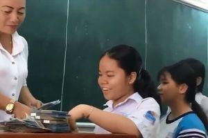 Clip: Cô giáo thưởng tiền cho học sinh đạt từ 6,5 điểm gây sốt