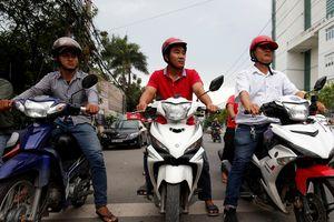 'Hiệp sĩ đường phố' Việt Nam: Xe máy, dép tông và áo gió