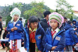 Những món quà sưởi ấm học sinh nghèo Cao nguyên đá Đồng Văn