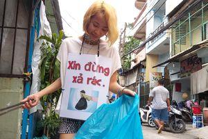 Cô gái đeo biển 'Xin đừng xả rác' đi khắp Sài Gòn