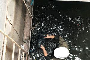 Nhiều 'dị vật khủng' dưới cống thoát nước ở rốn ngập Sài Gòn