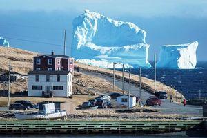 'Độc lạ' tảng băng khổng lồ mắc cạn cạnh thị trấn Canada