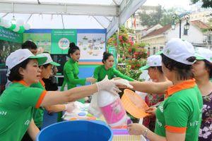 Hà Nội: Nâng cao ý thức về môi trường bằng chương trình 'đổi rác lấy quà'