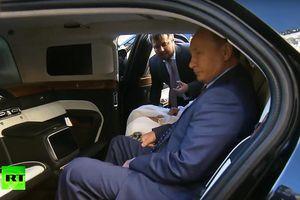 Tổng thống Putin hồ hởi khoe nội thất trong 'siêu xe' mới với thái tử UAE