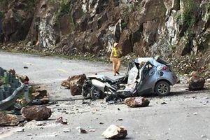 Đá lăn đè nát xe 4 chỗ, tài xế tử vong, 2 người bị thương