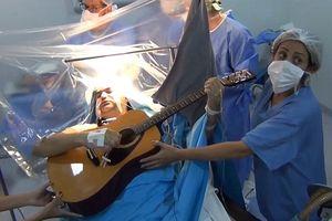 Bệnh nhân thoăn thoắt gảy đàn, nhắn tin điện thoại khi đang phẫu thuật não