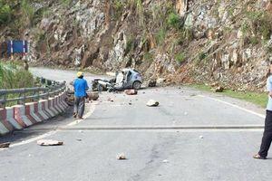 Tảng đá lăn từ trên núi xuống đè nát ô tô, tài xế tử vong, 2 người nhập viện cấp cứu