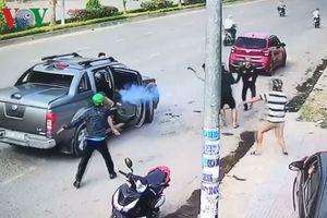 Hai nhóm thanh niên hỗn chiến bắn nhau kinh hoàng trên phố