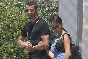 Ronaldo 'tung tăng' với bạn gái, giao đấu tennis trước thềm World Cup