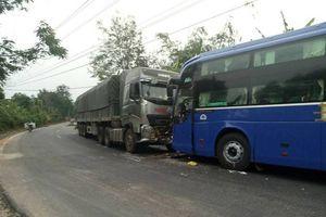Kon Tum: Xe ô tô tải lấn đường đâm trực diện xe khách