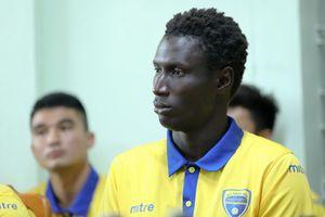 Đội trưởng Thanh Hóa bị cấm 3 trận vì cùi chỏ cầu thủ Nam Định