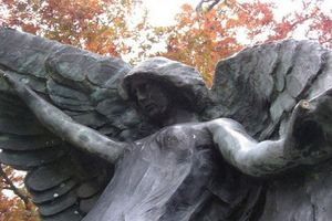 Sự thật khủng khiếp về bức tượng Nữ thần đen chết chóc