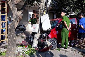 Kia Morning mất lái tông xe máy, hạ gục cột điện, 2 người nhập viện