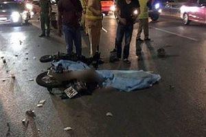 Nam thanh niên cúi gập người lái xe máy, đâm vào đuôi xe tải tử vong