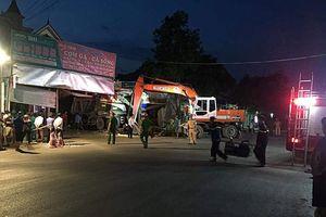 Xe tải đâm vào 3 nhà dân lúc rạng sáng, nhiều người thoát chết