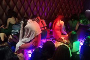 Hơn 100 tiếp viên ăn mặc khiêu dâm 'chiều khách' ở Sài Gòn