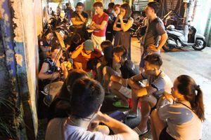 Đậu hũ trong hẻm Sài Gòn chỉ bán 'giờ thiêng'; người người đứng, ngồi xổm chờ mua