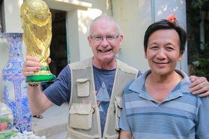 Cup vàng FIFA sản xuất tại Bát Tràng khiến khách 'Tây' thích thú