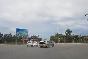 Clip: Ô tô cố tình vượt đèn đỏ bị taxi húc bay ngay giữa ngã tư
