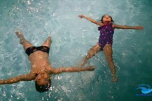 Biết bơi vẫn có thể chết đuối, cha mẹ tuyệt đối đừng lơ là khi đưa con đi bơi
