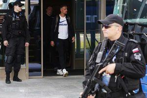 Cảnh sát lăm lăm tay súng bảo vệ ĐT Anh khi đặt chân đến Nga