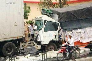 Thanh Hóa: Xe tải tông container bên đường, phụ xe tử vong trong ca bin
