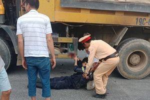 Một lính cứu hỏa bị xe tải cán nát bàn tay sau vụ cháy KCN Thụy Vân