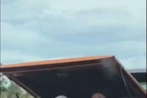 Xe bán tải chở người trong cốp, nghênh ngang trên đường quốc lộ