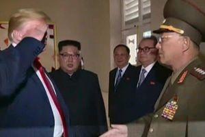 Nhà Trắng bênh ông Trump sau kiểu chào 'gây bão' với tướng Triều Tiên
