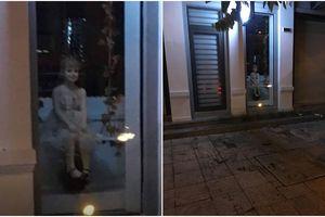 Phát hoảng vì bức ảnh con ma nơ canh ngồi nhìn ra đường kỳ quái hơn cả búp bê ma Annabelle