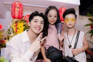 Truy tìm hai nhóc tỳ sành điệu, cực đáng yêu chụp hình cùng Noo Phước Thịnh