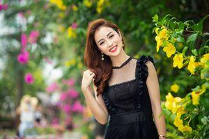 Jennifer Phạm xách túi hàng hiệu, diện váy đen quyến rũ