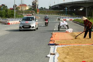 Tiềm ẩn mất an toàn giao thông từ việc phơi thóc trên đường