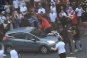 CĐV Anh liều mạng nhảy lên đầu ôtô đang chạy để ăn mừng chiến thắng