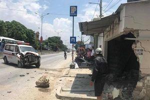 Xe cứu thương mất lái đâm sập nhà dân