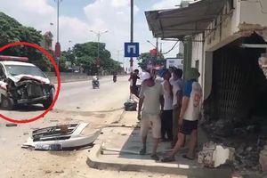 Clip: Hiện trường tài xế ngủ gật, xe cấp cứu đâm sập tường nhà dân ở Nghệ An