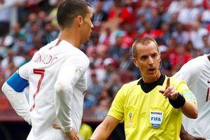 Trọng tài bắt chính ngỏ ý xin áo của Ronaldo ngay từ hiệp 1?