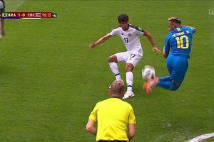 Neymar giỡn mặt đối thủ với pha gắp bóng cầu vồng