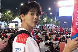 Trai đẹp Hàn Quốc 32 tuổi, cao 1,88 m nổi bật khi đi xem World Cup