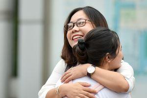 Cô giáo chủ nhiệm ôm từng học trò động viên trước môn thi đầu