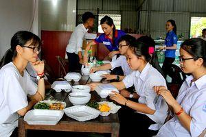 Nấu cơm trưa miễn phí phục vụ thí sinh