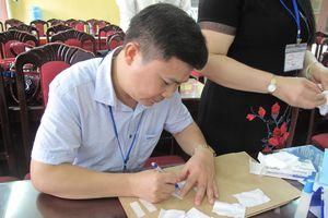 Thi THPT quốc gia 2018: Tự chế tem niêm phong từ giấy ăn