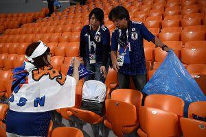 CĐV Nhật Bản gom rác trên khán đài, khiến cả thế giới ngưỡng mộ