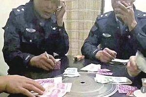 Ngang nhiên chơi bài ăn tiền trong giờ làm, 4 thanh tra bị bắt giữ