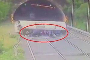 Clip: Xe khách chở giáo viên lật thảm khốc, hàng chục người bị hất văng ra ngoài
