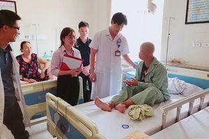 LD1878: Hai mẹ con dân tộc Thái nhịn ăn dành tiền chữa bệnh