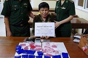 Một phụ nữ giấu 4.800 viên ma túy trong quần và giày mang qua biên giới