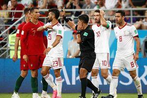 Ronaldo thoát thẻ đỏ, HLV Iran nổi giận mắng trọng tài thiên vị trắng trợn