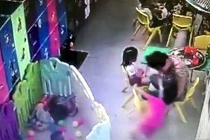 Cô giáo tát liên tiếp vào mặt trẻ đã bỏ trốn khỏi cơ sở giữ trẻ